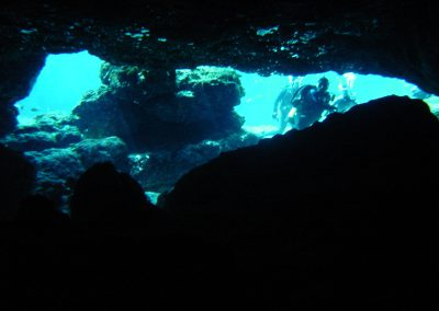 05 Blue Grotto divers in glow